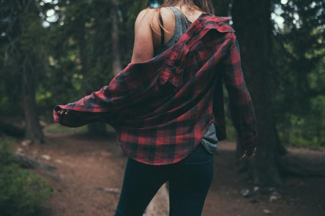 シャツを着る女性